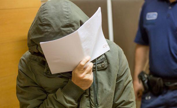 Helsingissä asuva syytetty on kiistänyt syytteet murhasta ja törkeästä raiskauksesta.