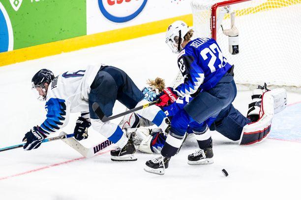 Suomen Jenni Hiirikoski törmäsi USA:n maalivahdin Alex Rigsbyn kanssa MM-finaalin jatkoajalla.