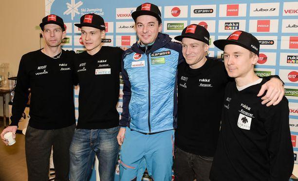 Janne Ahonen, Antti Aalto, valmentaja Andreas Mitter, Ville Larinto ja Jarkko Määttä starttaavat tänään joukkuemäkeen.