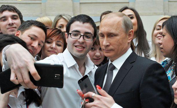 Putin poseerasi selfieissä kyselytunnin yhteydessä.
