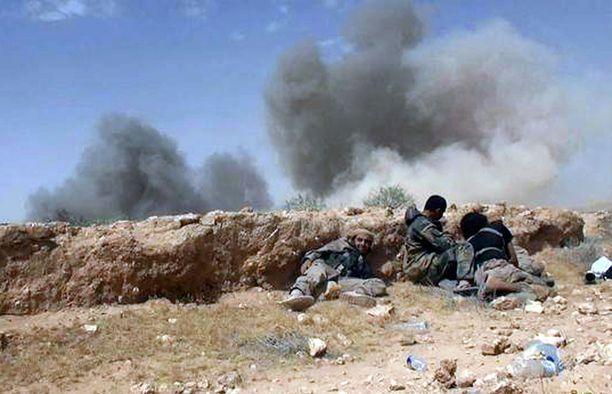 Isisin terroristeja taistelussa Syyrian armeijan joukkoja vastaan. Kuva on julkaistu keskiviikkona jihadistisivustolla.