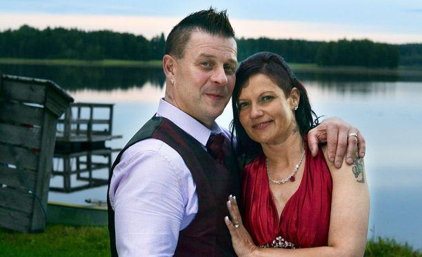 Ensi jaksossa Essi Pulkkisen ja Allu Kalliokosken juhlat keskeytyvät, kun paikalle saapuu kutsumattomia vieraita.