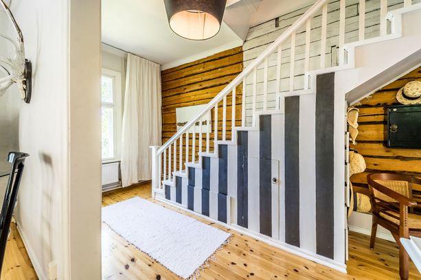 Mustilla pystyraidoilla on saatu eloa valkoiseen portaikkoon.