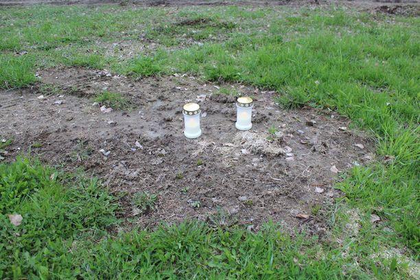 Talon läheisyyteen tuotiin jo maanantaina kaksi kynttilää.