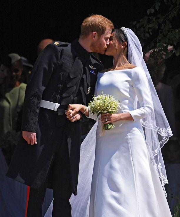 Yleisö hurrasi, kun prinssi Harry ja Meghan astelivat ulos kirkosta.