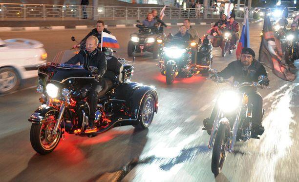 Vladimir Putin ajoi Night Wolves -moottoripyöräkerhon joukoissa festivaaleilla elokuussa 2011. MTV3:n mukaan Putinin nimi on listalla, koska hänellä on yhteyksiä kyseiseen moottoripyöräjengiin.