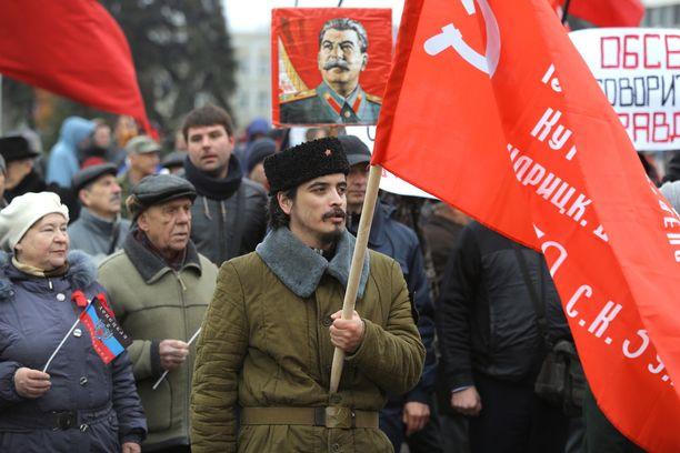 Kommunistisen puolueen kannattajat marssivat Donetskissa lokakuun vallankumouksen satavuotispäivänä.