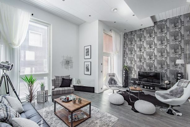 Asunnon värit ovat musta ja valkoinen, mutta kuvio- ja materiaalivalinnat ovat rohkeita.