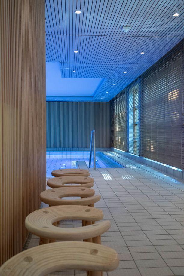 Vierastalossa on myös uima-allasosasto ja sauna.
