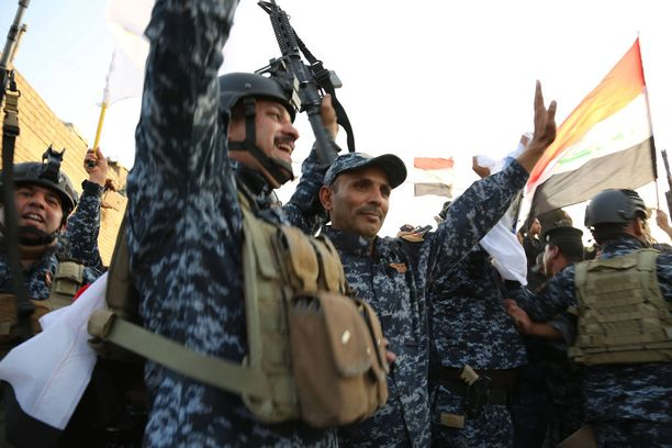 Sotilaat juhlivat voittoa Isisistä. Kuva Mosulista.