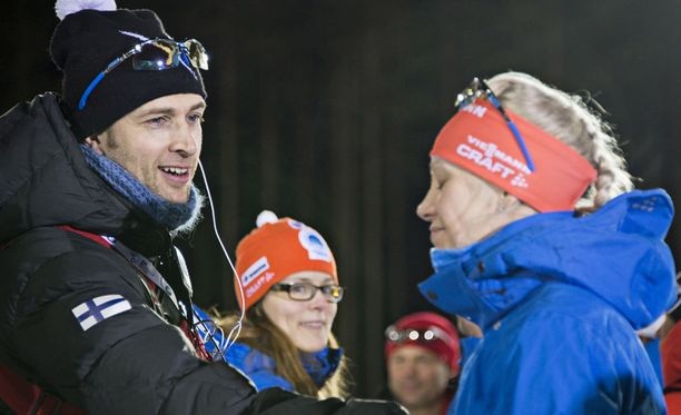 Jarkko Siltakorpi toimii kihlattunsa Kaisa Mäkäräisen suksihuoltajana.