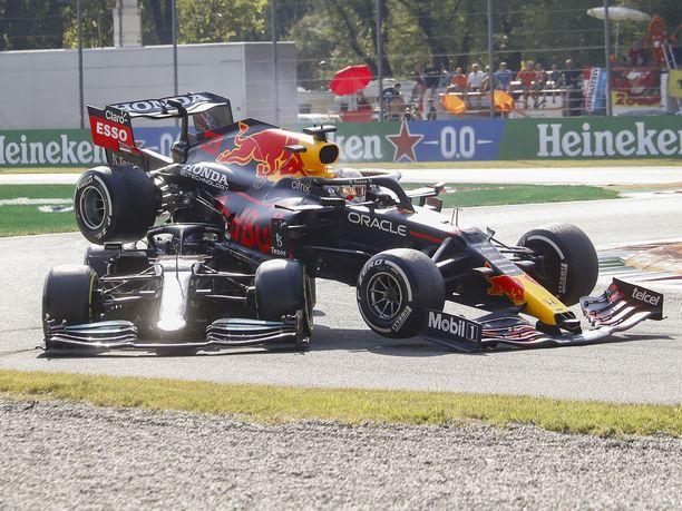 Max Verstappenin auto kiipesi Lewis Hamiltonin niskaan.