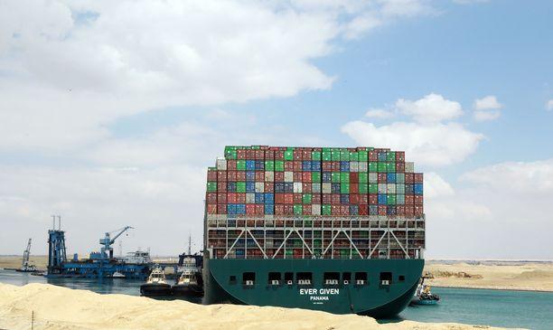 Valtava Ever Given irrotettiin Suezin kanavasta maanantaina.