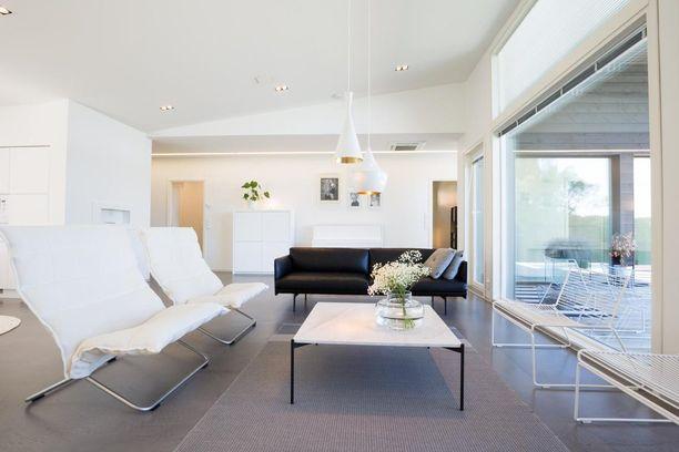 Tämä kokonaisuus miellyttänee minimalistin silmää. Suomalaista designia ovat Harri Koskisen K-tuolit ja Adean Plateau-sohvapöytä. Monelle skandinaavisen tyylin ystävälle kuvan oikeasta reunasta löytyvät tanskalaisen Hayn Hee-tuolit ovat tutut.