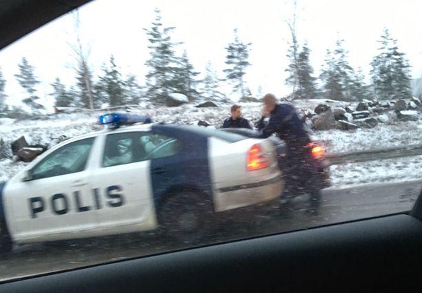 Poliisipartio runttasi kaaharin auton oman ajoneuvonsa ja kaiteen väliin siten, ettei autosta päässyt ulos.