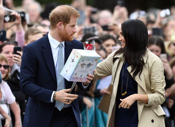 Prinssi Harry ja herttuatar Meghan tervehtivät satoja lapsia ja aikuisia saapuessaan Melbourneen.