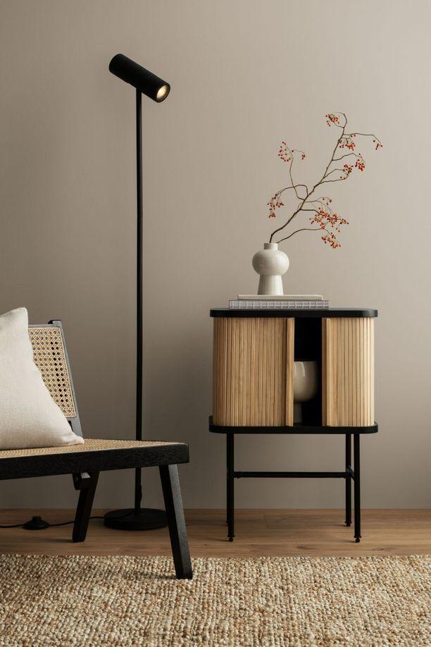 Pyöreitä kulmia ja pientä japanilaisvivahdetta. Sivupöytä on saarnivaneria. Rulo-ovet FSC-sertifioidusta mäntypuusta ja jalat maalattua metallia. Hm.com, 149 euroa.