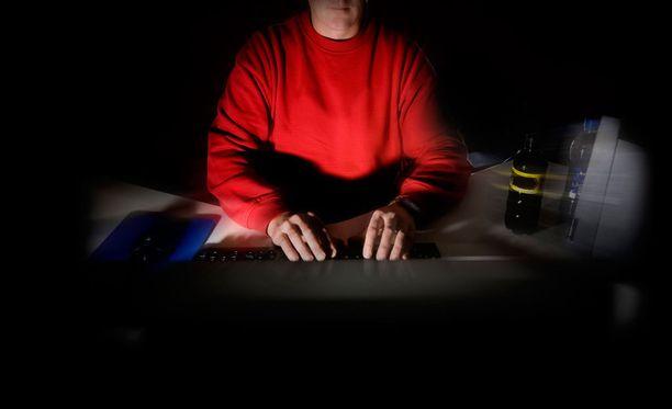 Poliisi varoittaa ihmisiä liiallisesta sinisilmäisyydestä netin kautta ostaessaan. Kuvituskuva.