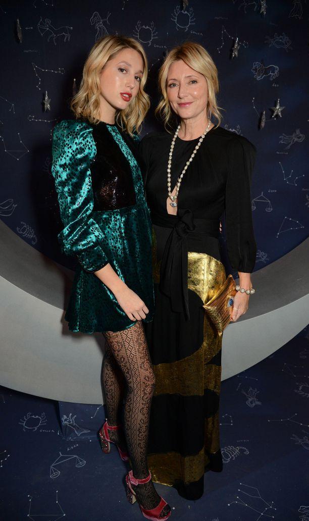 Prinsessa Maria-Olympia (vas.) ja kruununprinsessa Marie-Chantal osallistuivat hotelli Claridge'sin joulukuusen julkistustilaisuuteen Lontoossa.