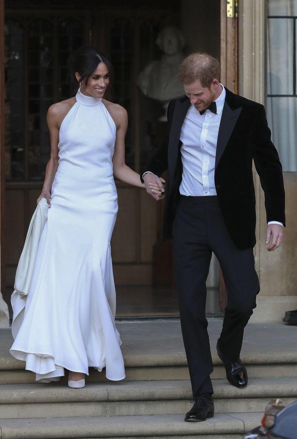 Kuninkaallisten häiden jatkoille Meghan vaihtoi ylleen modernin Stella McCartneyn halterneck-puvun, joka vienee morsiusmuodin trendejä pelkistetympään suuntaan.