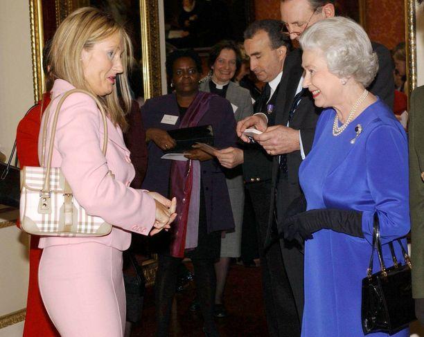 Kirjailija J.K. Rowlingin rento jakkutyyli vuonna 2004. Kuningatar Elizabeth II:lla tuttuun tapaan sininen mekko.