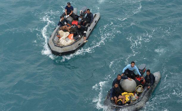 Indonesian merivoimat on etsii mereen pudonneen koneen jäänteitä.
