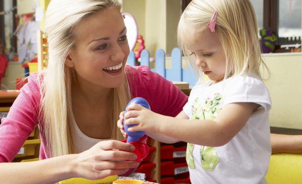 Kun hoitaja korjailee tytön asusteita tai auttaa tätä pukeutumaan, niin hän samalla seurustelee lapsen kanssa.