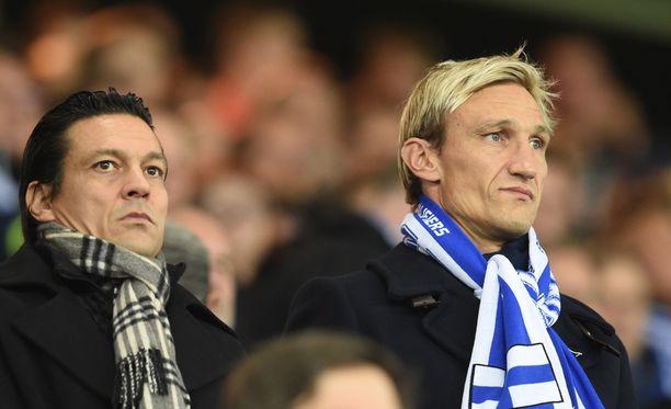 Sami Hyypiä seurasi viime lokakuussa Suomi-Kreikka-ottelua Jari Litmasen kanssa.