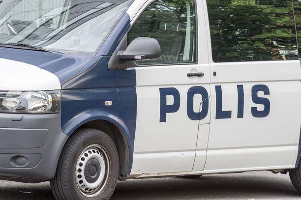Poliisi otti epäillyn miehen kiinni talon ulkopuolella.
