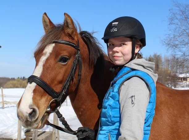 """""""Eestinponiruuna Araa voisi sanoa elämäni poniksi. Sen kanssa olen päässyt kehittymään itse ja onnistunut kehittämään myös ponia osaavammaksi. Ara asuu Pielavedellä Riitan Tallilla"""", Helmiina Hertteli kertoo."""