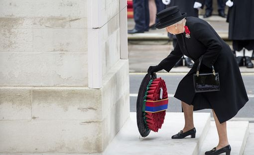 Viime vuonna kuningatar Elisabet vielä oli mukana seppeleenlaskussa kaatuneiden muistomerkillä.