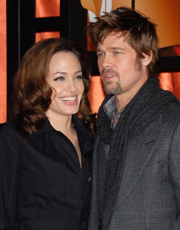 Bradin äiti on koittanut patistaa poikaansa ja Angelinaa naimisiin lasten vuoksi.