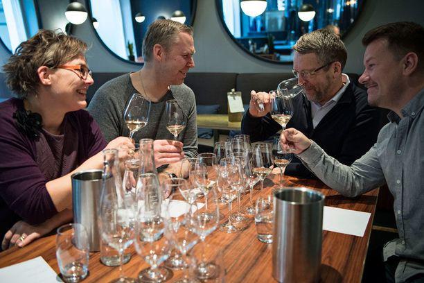 Samppanjatesti pidettiin ravintola Roster Helsingissä.