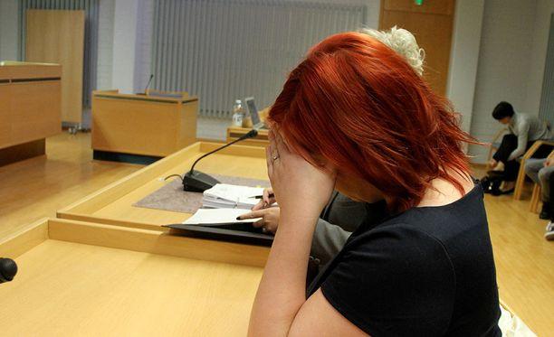 Kolmikymppiselle naiselle luettiin syytteet lastensa pahoinpitelyistä.