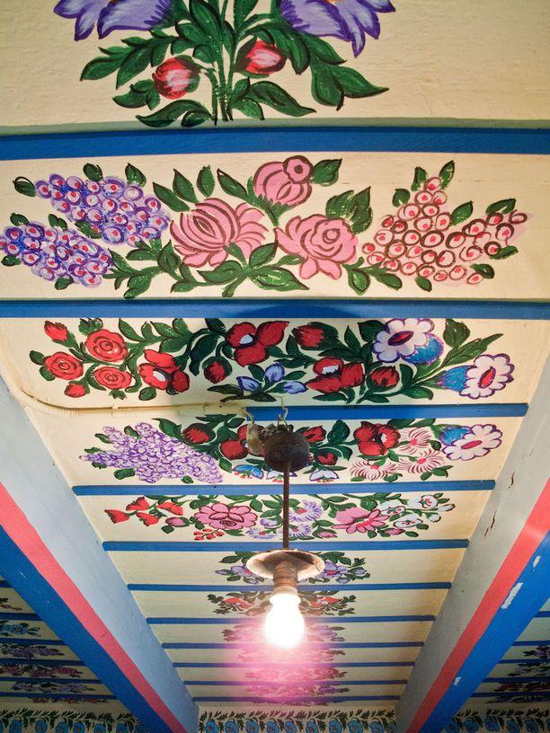 Kauniita kattomaalauksia Zalipien tapaan.