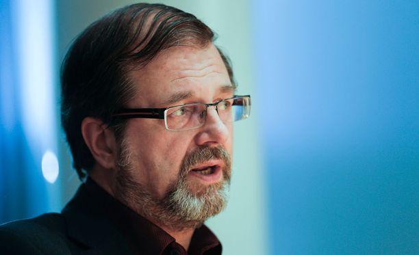 Kuntaliiton varatoimitusjohtaja Timo Kietäväinen laittaisi oleskeluluvan saaneet heti töihin.