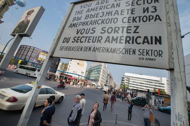 Checkpoint Charlien tarkastuspiste on Berliinin kuuluisimpia turistikohteita.