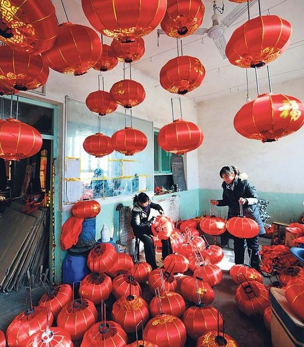 LYHTYKYLÄ Yangzhaon kylää voisi hyvällä syyllä kutsua punaisten lyhtyjen alueeksi, sillä kylässä valmistetaan vuosittain 1,2 miljoonaa lyhtyä niin koti- kuin ulkomaiseenkin käyttöön.