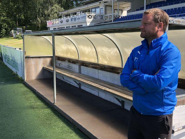 Hakan päävalmentaja Teemu Tainio seuraa otteluita vaihtopenkin päästä.