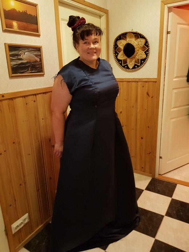 Tältä Minna Reijosen (ps) mekko näytti viimeistelyitä vailla.