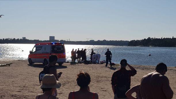 Helsingin poliisi tiedottaa Twitter-tilillään, että Hietaniemen rannalla on tapahtunut onnettomuus.