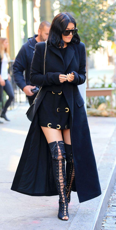 Kylie Jennerin asussa yhdistyvät kaksi vuoden 2015 suurta trendiä: täyspitkä takki ja nyöritetyt saappaat.