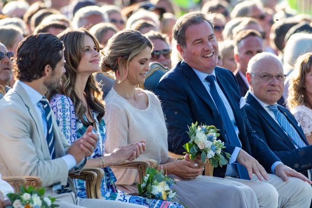 Totisista ilmeistään tuttu Chris O'Neill kuvattiin hymyileväisenä vaimonsa vieressä.