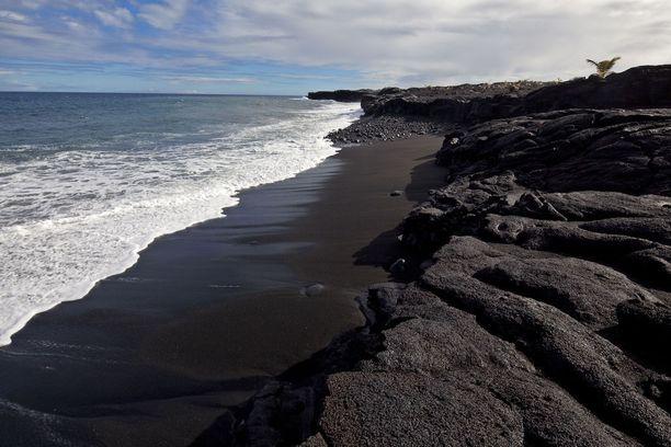 Kaimu, Havaiji: Tämä musta ranta on suhteellisen uusi: syntyi 1990-luvulla tapahtuneen tulivuorenpurkauksen jälkeen.