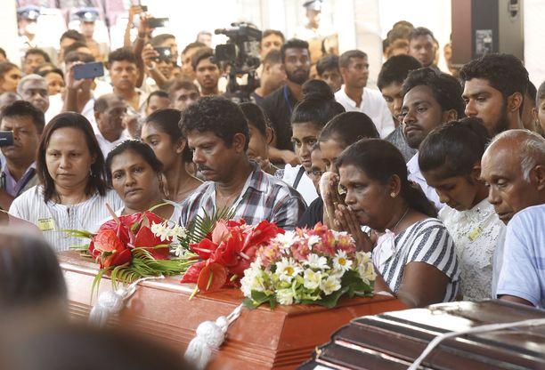 Iskujen uhreja siunattiin suurin hautajaismenoin Sri Lankan pääkaupungissa Colombossa tiistaina.
