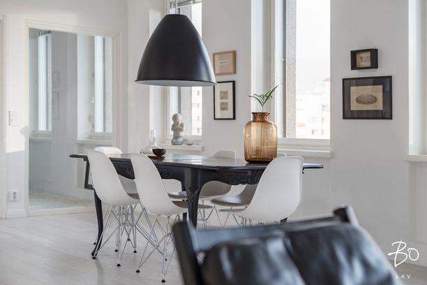 Vanha puupöytä ja modernit metallia ja muovia olevat tuolit. Kaiken ei tarvitse olla sopusoinnussa - välillä ristiriita tekee elementeistä mielenkiintoisia.
