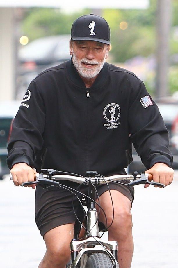 Arnold Schwarzenegger pyöräili hymyillen Kaliforniassa tällä viikolla.