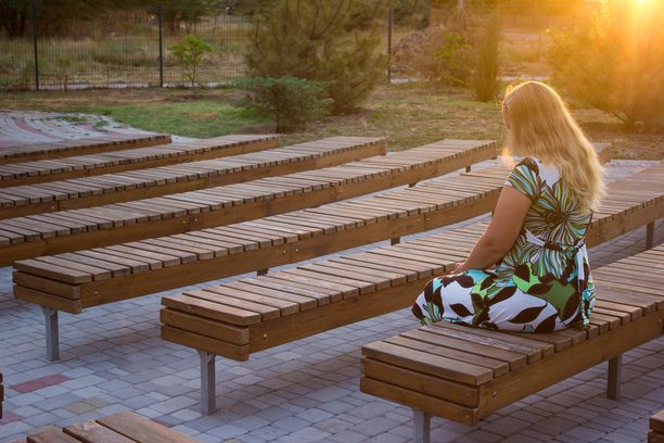 Yksinäisyys on yleisintä yhdeksäsluokkalaisten tyttöjen keskuudessa. Heistä joka neljäs on hyvin tai melko usein yksinäinen. Kuvituskuva.