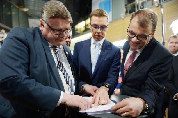 Keskustan Juha Sipilä (oik.) vakuuttaa, että kaikilla puolueilla on toistaiseksi mahdollisuus päästä seuraavaan hallitukseen.