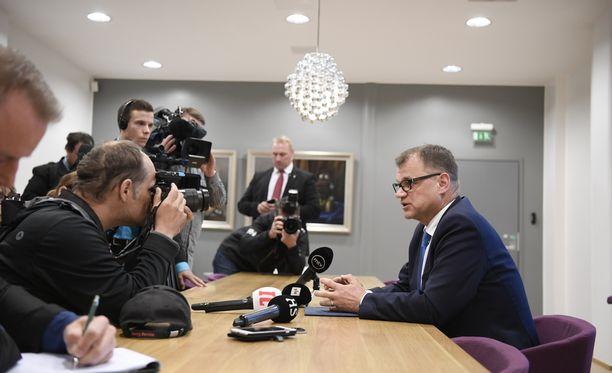 Pääministeri Juha Sipilä kertoi medialle Turun lentoasemalla 13. kesäkuuta, että hallituskriisi oli ohi, koska perussuomalaisista oli irtautunut uusi eduskuntaryhmä.